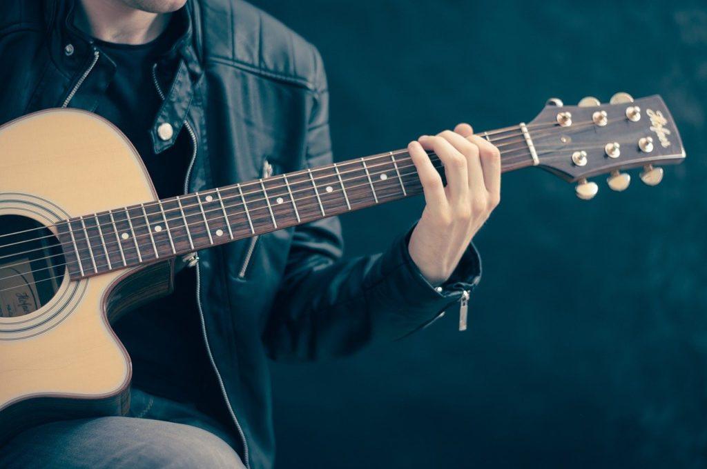 Gitarrenspieler Enishi Daniel von Berg